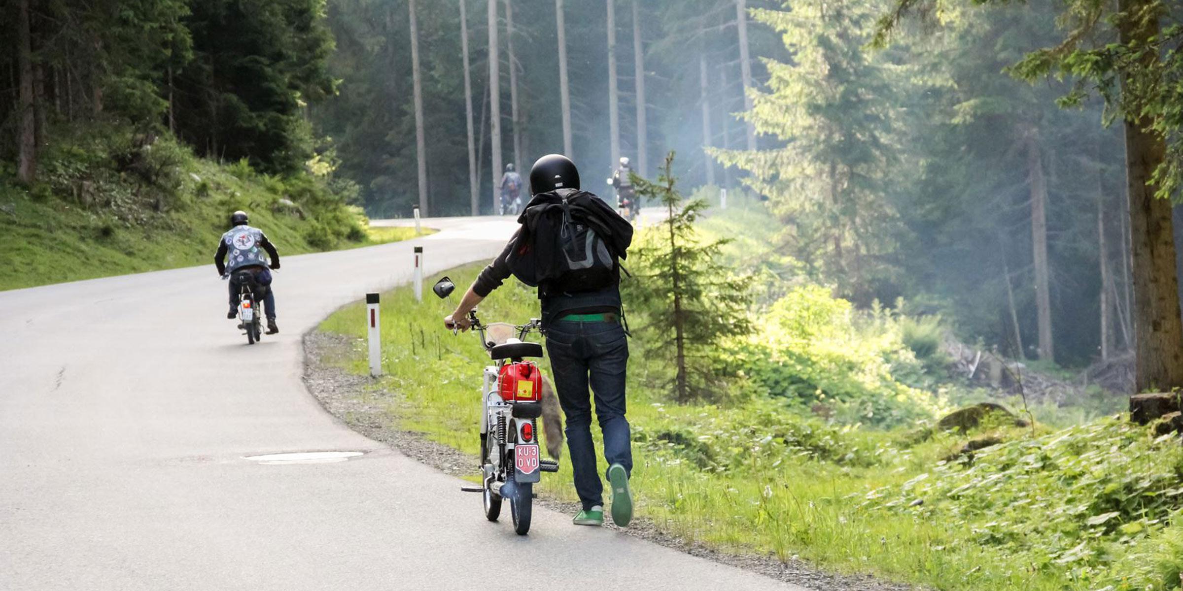 Teilnehmer schiebt sein Motorrad - Ötztaler Mopedmarathon