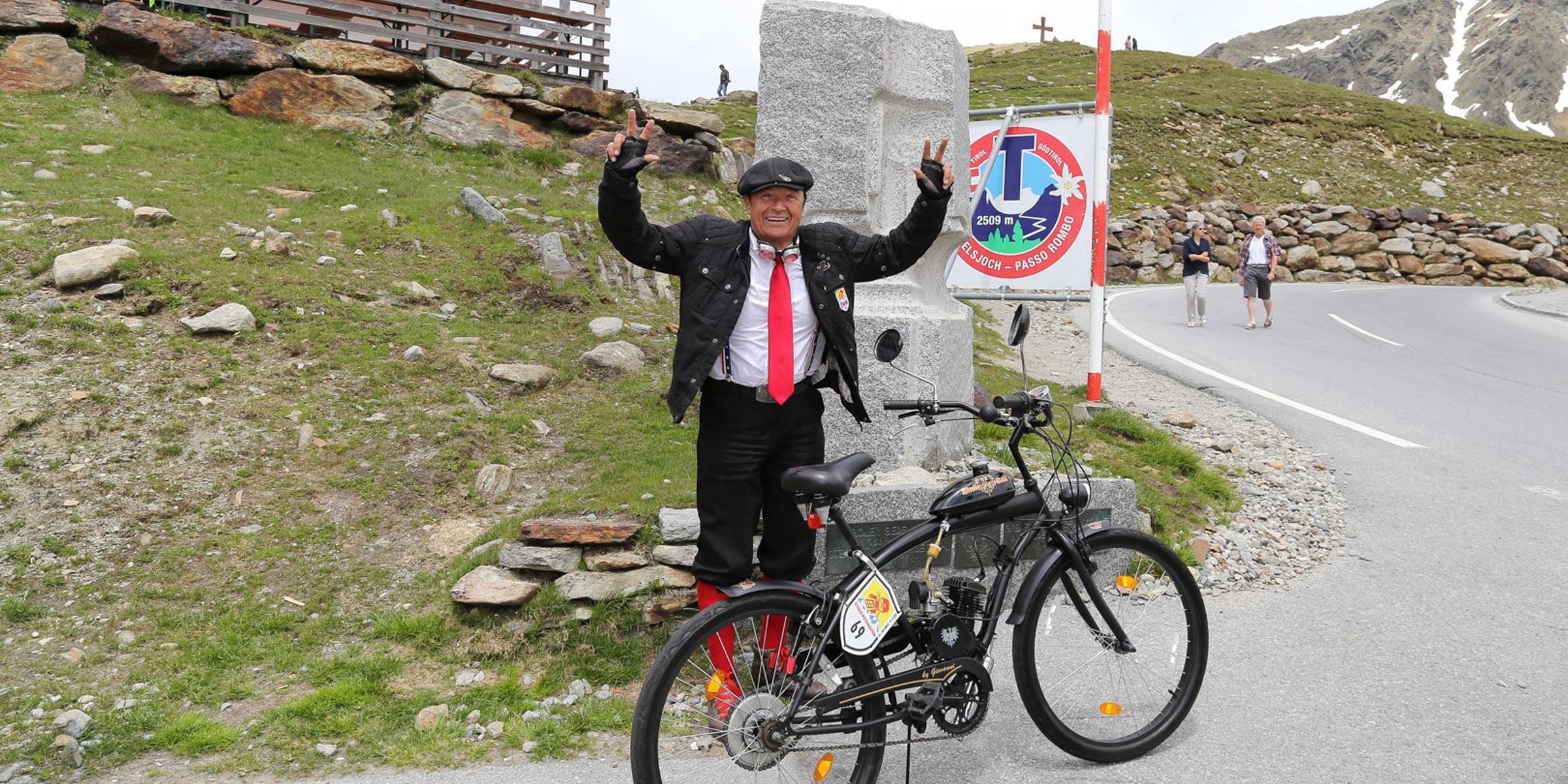 Teilnehmer kommt am Timmelsjoch an - Ötztaler Mopedmarathon