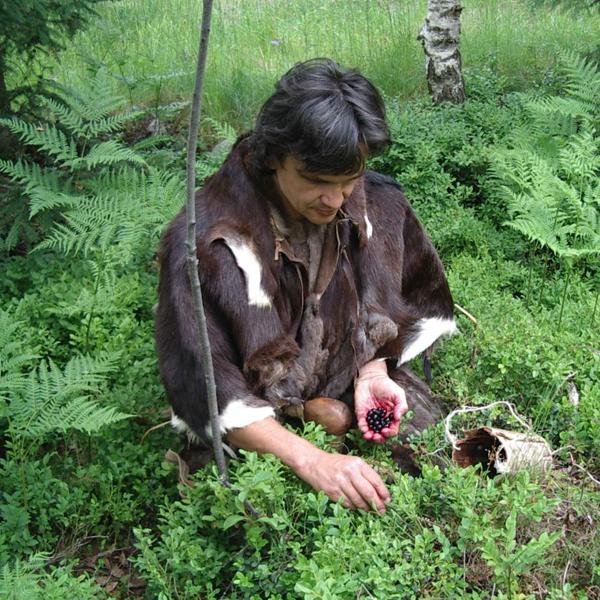 Ötzi auf Beerensuche im Ötzi Dorf