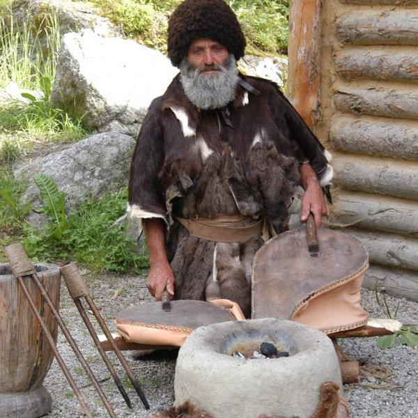 Ötzi beim Feuermachen im Ötzi Dorf