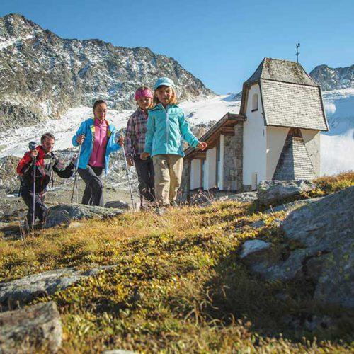 Familie beim Wandern - Ötztal Premium Card
