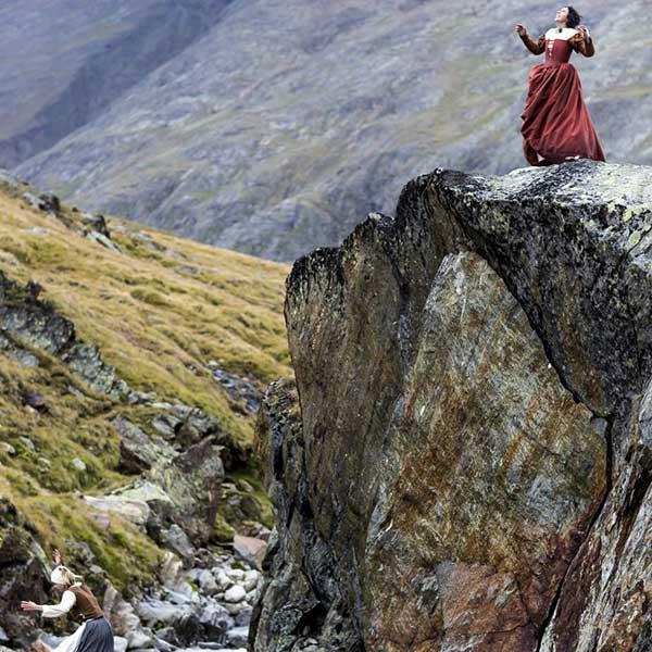 Schauspielerin steht auf Fels - Wandertheater Friedl Vent Ötztal