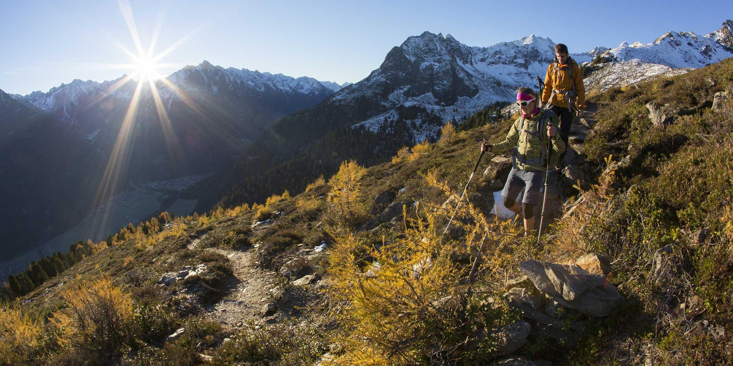 Wanderer vor Bergkulisse im Herbst - Ötztal Premium Card