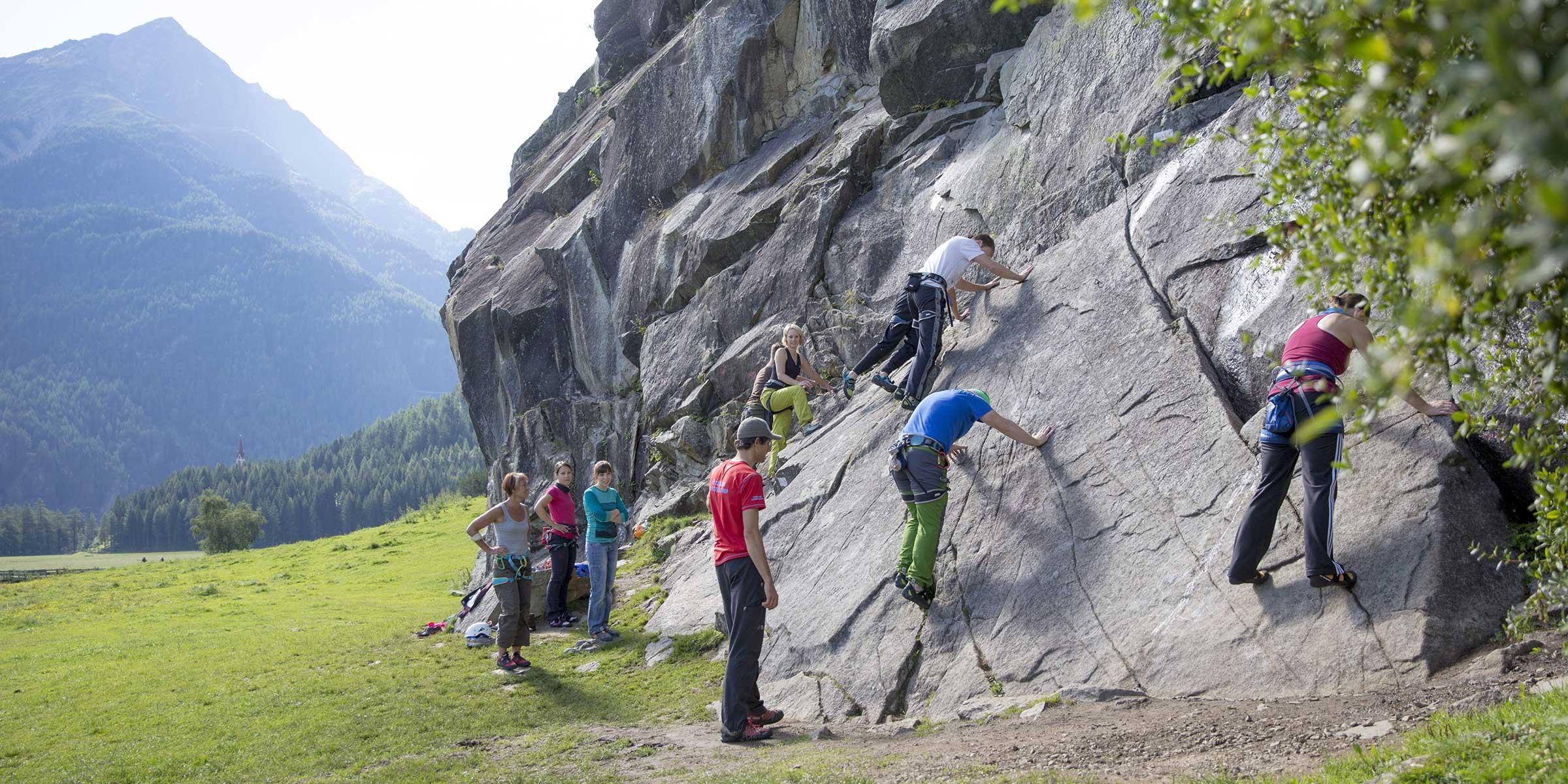 Teilnehmer wagen die ersten Schritte am Fels- Ötztaler Klettercamp