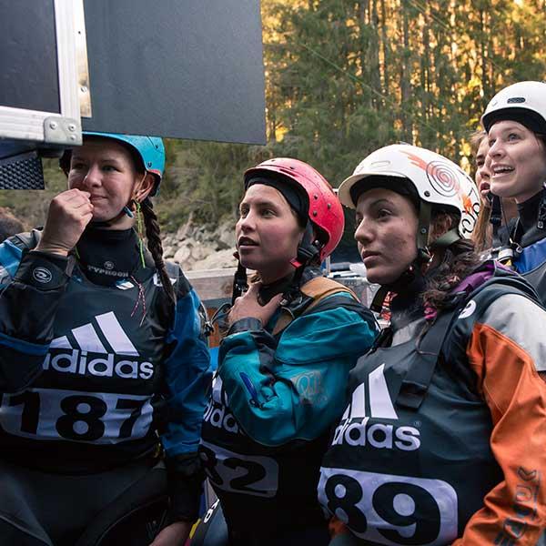 Teilnehmerinnen blicken gespannt auf Monitor - adidas Sickline, Ötz, Ötztal, Tirol