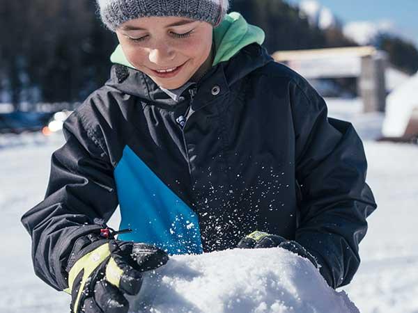 Kind beim Schneemannbauen - Niederthai Card, Ötztal, Tirol