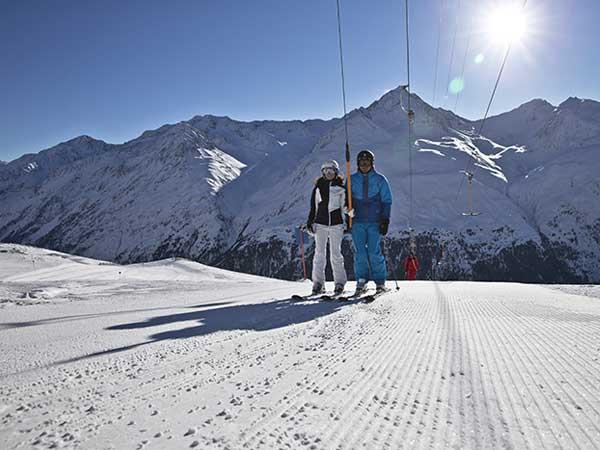 Skifahrer am Schlepplift in Vent - Die kleinen Skigebiete im Ötztal