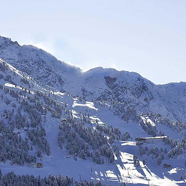 Blick auf einen Teil des Skigebiets Hochötz - Winterstart in Hochötz