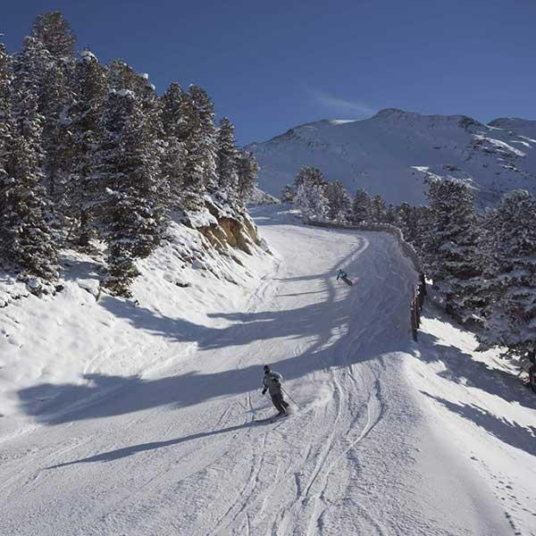 Skifahrer auf Piste in Hochötz - Winterstart in Hochötz