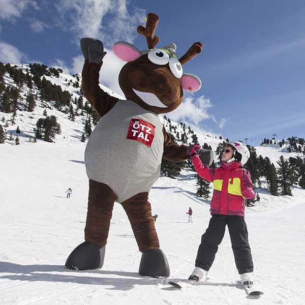 Widi mit kleiner Skifahrerin - Winterstart in Hochötz