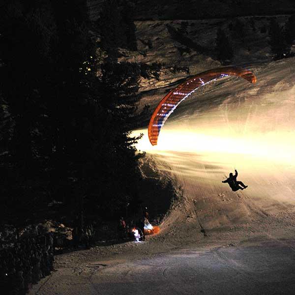 Paragleiter im Landeanflug - Mondzauber Night Ski Show