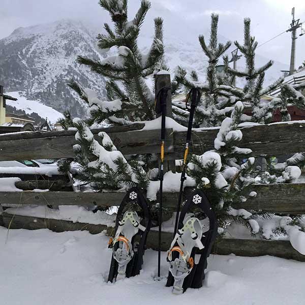 Schneeschuhe an Zaun - Schneeschuhwandern Vent