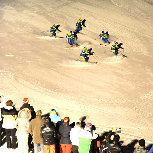 Skilehrer in Formation - Mondzauber Night Ski Show