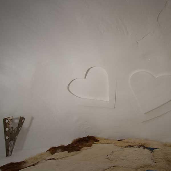 Herzen im Iglu - Schneedorf