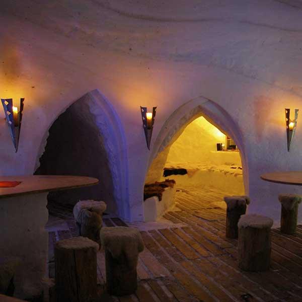 Tische und Stühle im Iglu - Schneedorf