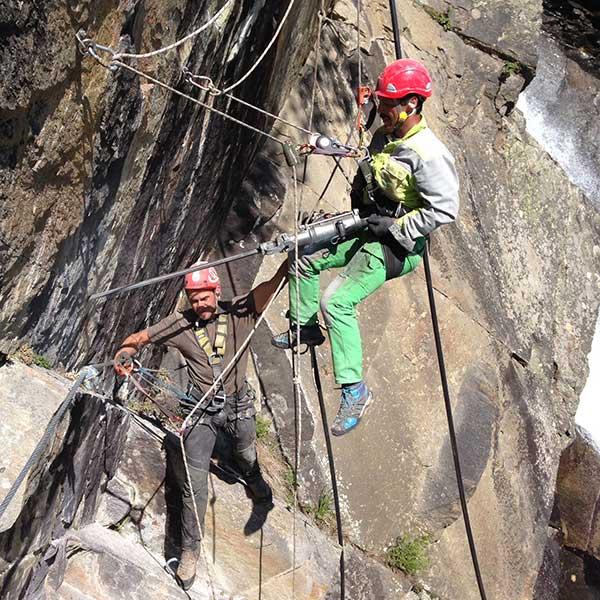 Arbeit mit schwerem Gerät - Sicherheitscheck Kletterrouten Ötztal