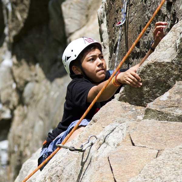 Kind beim Klettern - Sicherheitscheck Kletterrouten Ötztal
