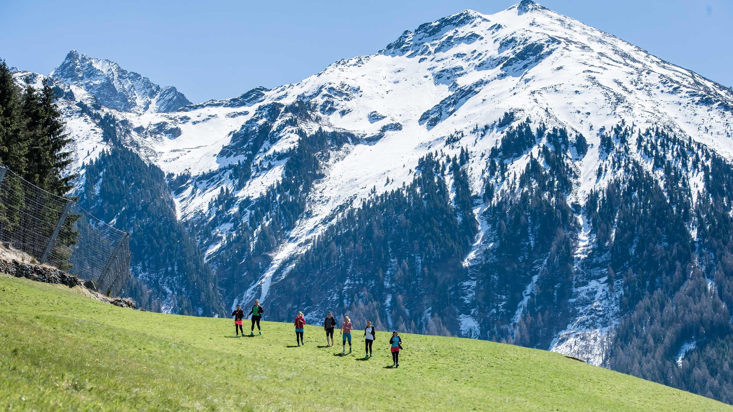 Gruppe Trailrunner vor Bergkulisse - Trailrunning