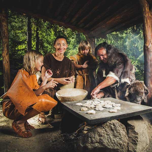 Familie im Ötzi-Dorf - Urkraft Umhausen