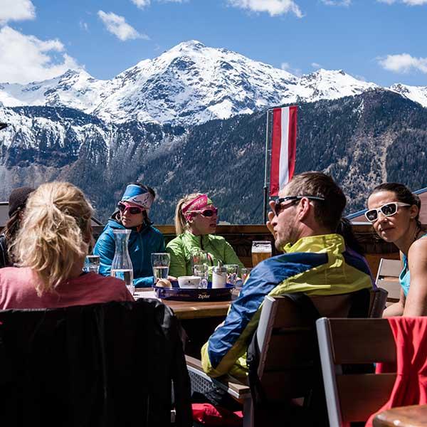 Auf der Terrasse des Gasthofs Leiter's Hoamatl - Trailrunning