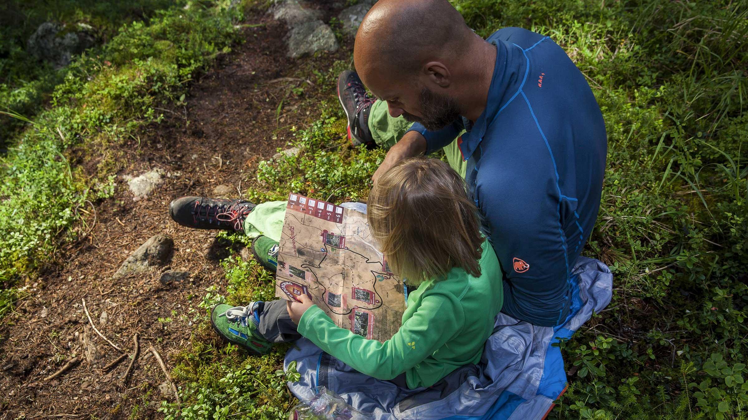 Vater und Tochter mit Schatzkarte - Geocaching Schatzsuche Ötztal