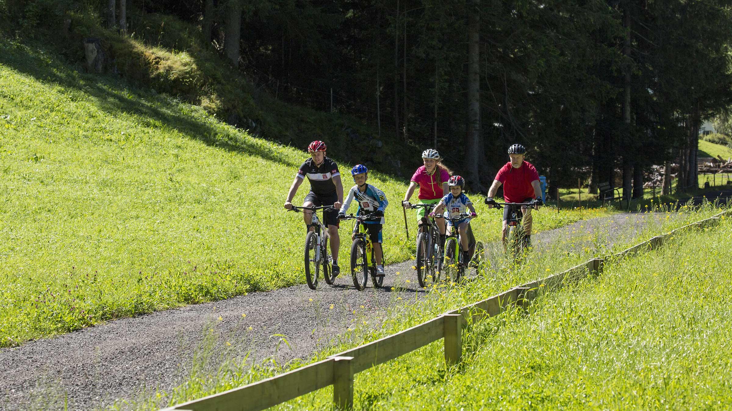 Gruppe Radfahrer auf Radweg - Ötztaler Radweg