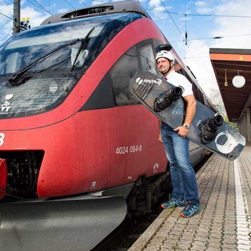 Lokführer mit Wakeboard am Bahnhof Oetz - Area 47 Wake Area ÖBB