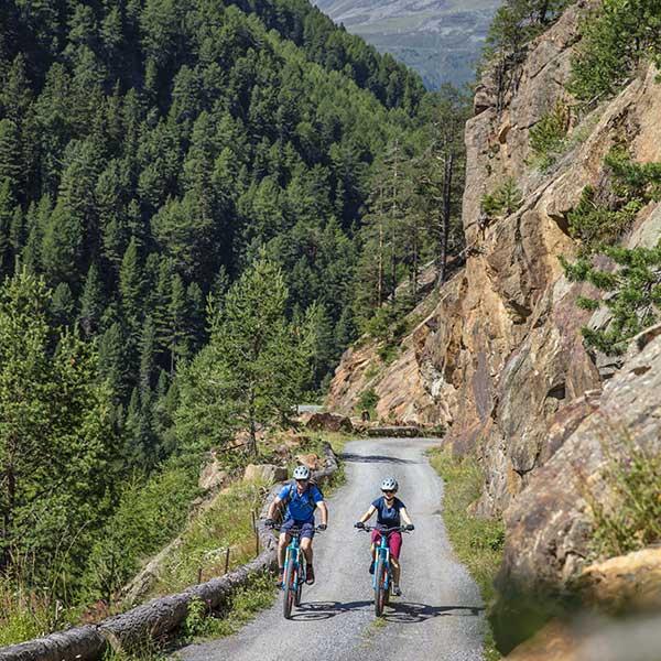 Nebeneinander Richtung Windachtal - E-Bike Ötztal