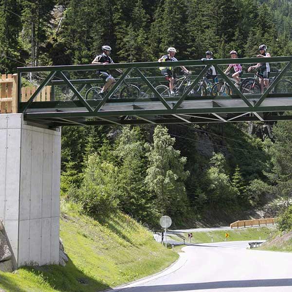 Radfahrer auf Brücke - Ötztaler Radweg