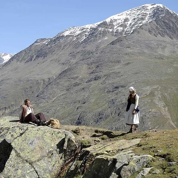 Schauspieler vor Bergkulisse - Wandertheater Friedl mit der leeren Tasche