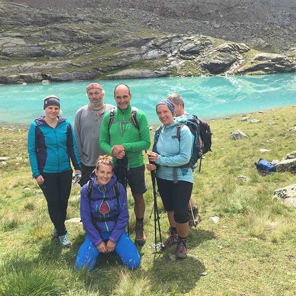 Team Kunz PR posiert vor See - 4-Seen Marsch Längenfeld
