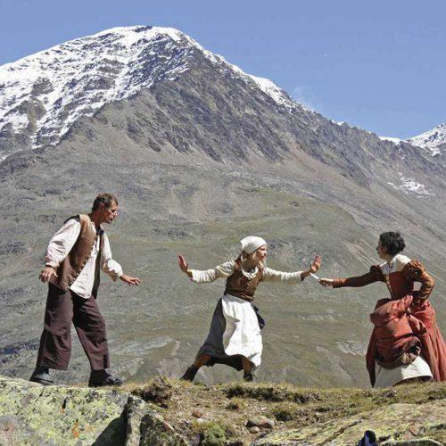 Szene vor Bergkulisse - Wandertheater Friedl mit der leeren Tasche