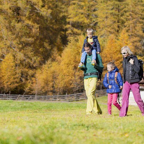 Familie beim Wandern - Herbst im Ötztal