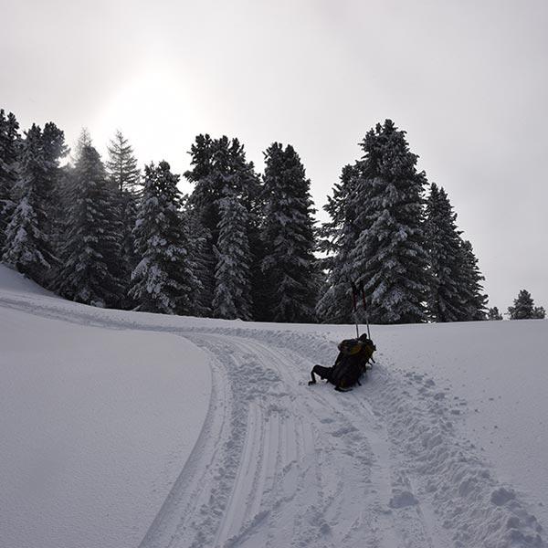 Rucksack und Stöcke - Skigebiet Hochoetz