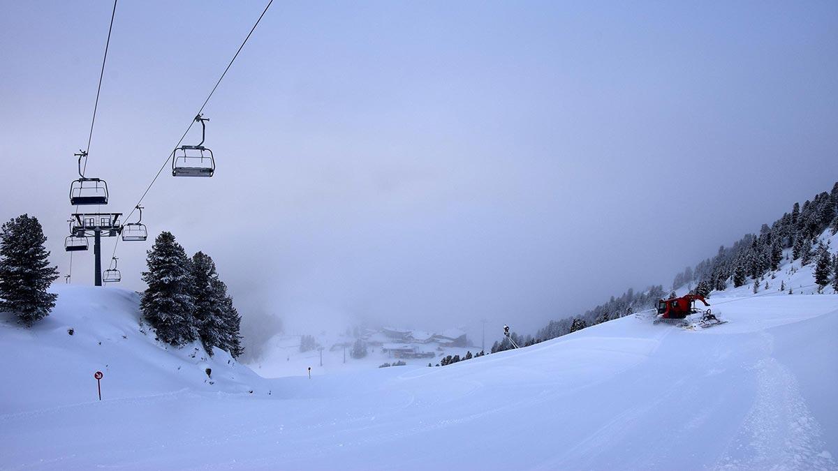Blick auf Acherkogelbahn-Bergstation - Skigebiet Hochoetz