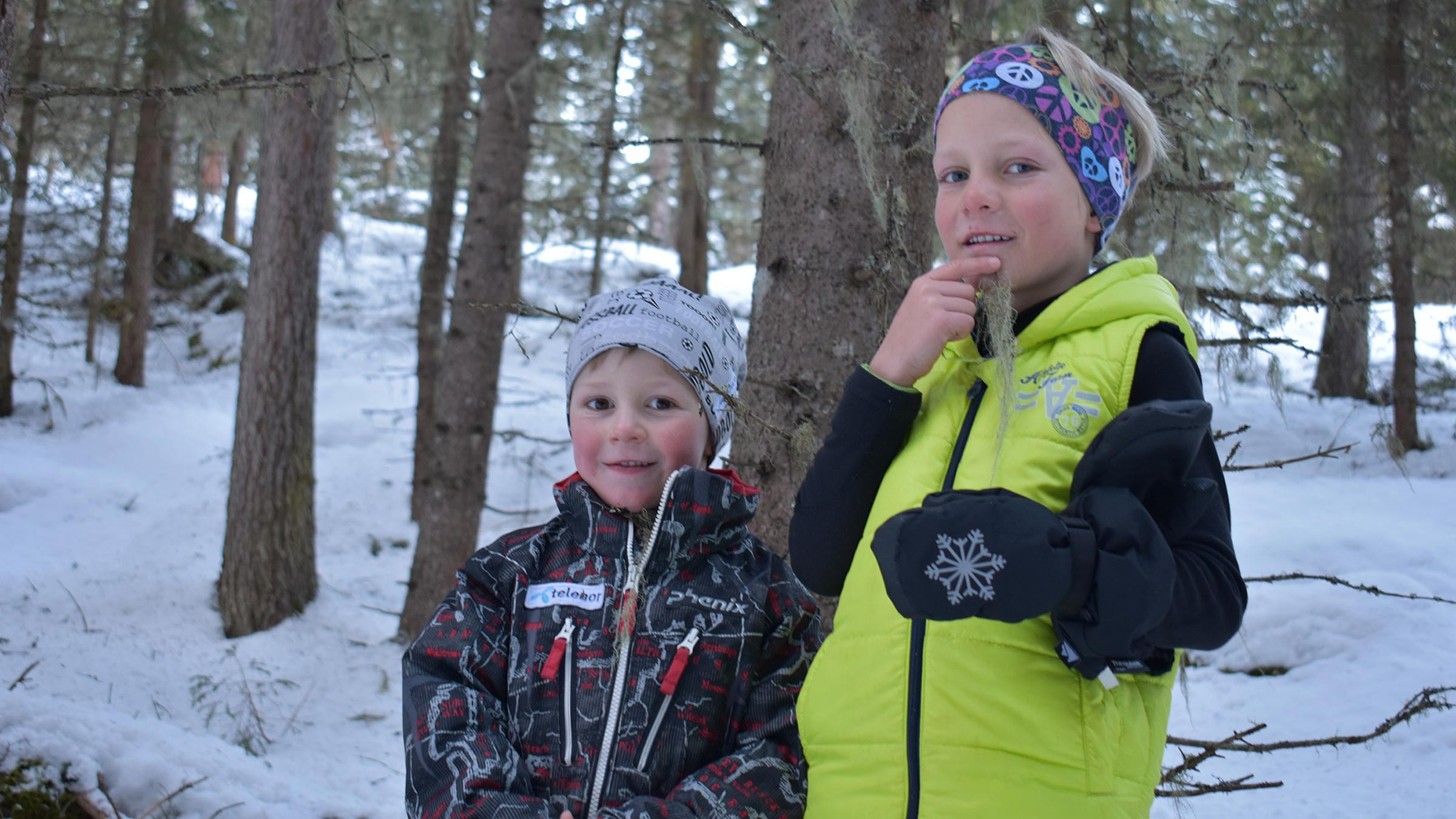 Kinder spielen mit Baumbart - Rodelbahn Wurzbergalm Ötztal