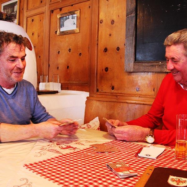 Kurt Fischer beim Kartenspielen - Skiregion Hochoetz