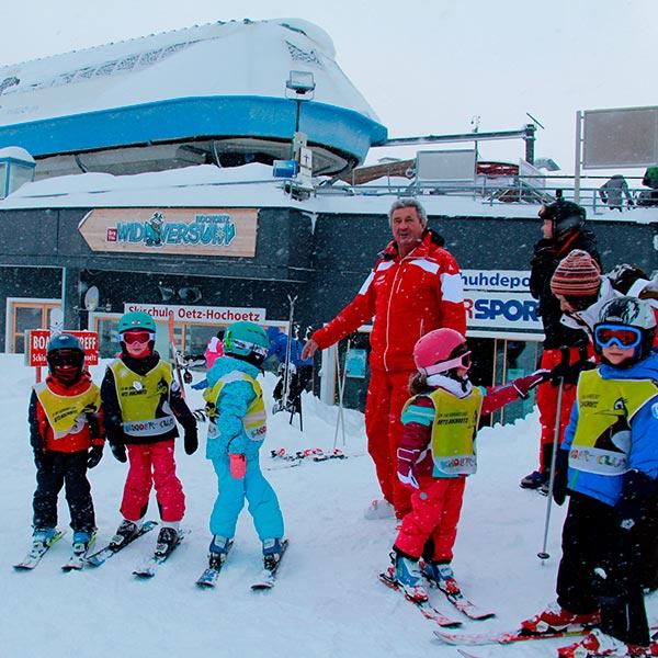 Kurt Fischer mit Skischülern - Skiregion Hochoetz