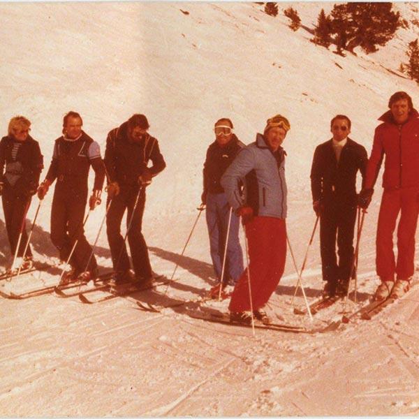 Kurt Fischer mit Kursteilnehmern im Jahr 1975 - Skiregion Hochoetz
