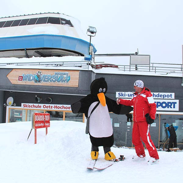 Kurt Fischer und Pinguin Bobo - Skiregion Hochoetz