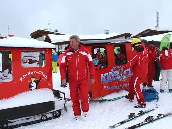 10 Uhr morgens: Der Bobo-Express nimmt Fahrt auf. Kurt Fischer gibt den Stationsleiter. - Skiregion Hochoetz