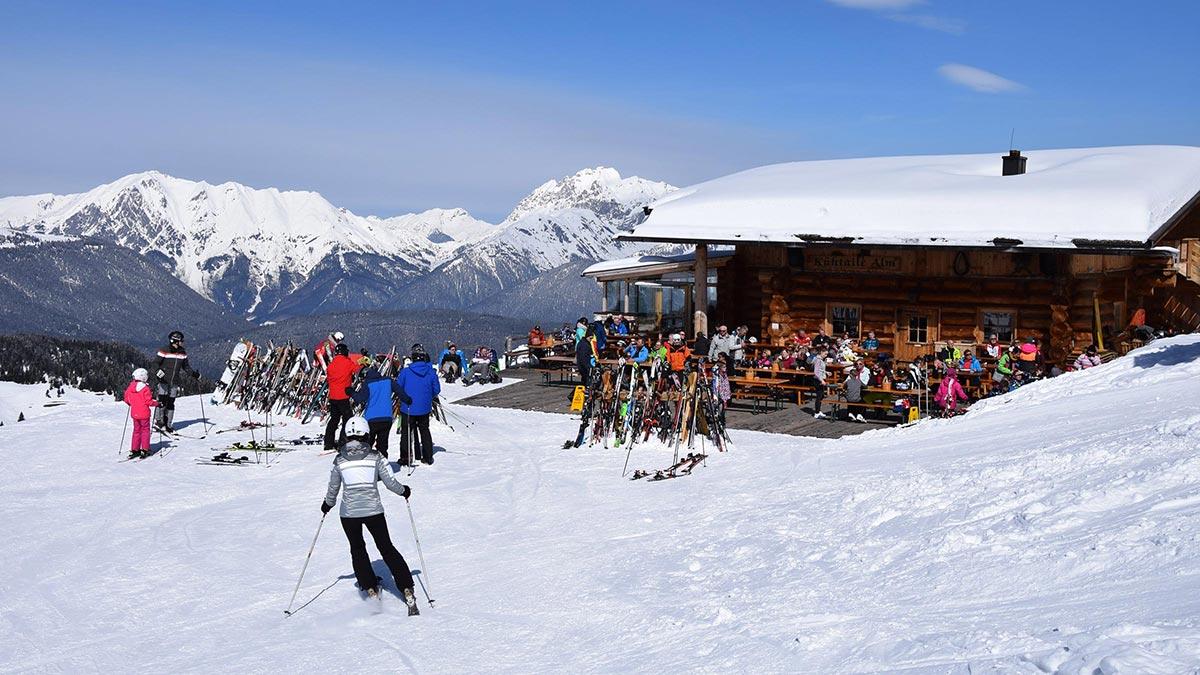 Blick auf Kühtaile Alm - Skiregion Hochoetz