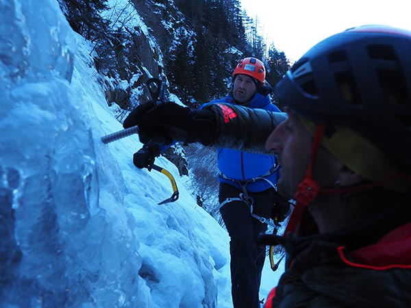 Ewald zeigt den Umgang mit Eisschraube - Eisklettern Ötztal