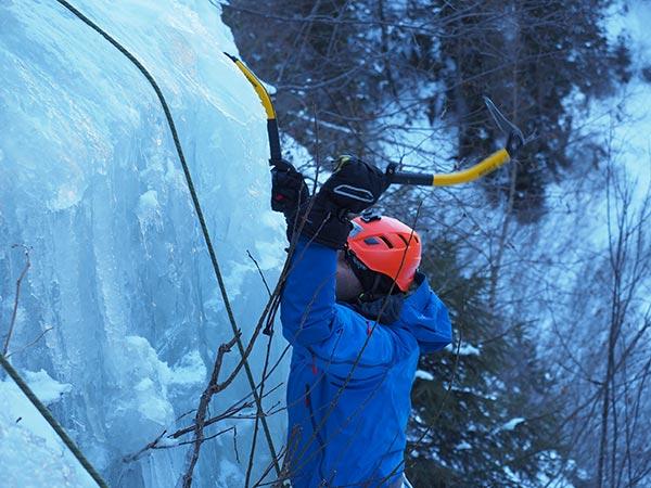 Bald geht es in der Vertikalen auch ganz gut - Eisklettern Ötztal