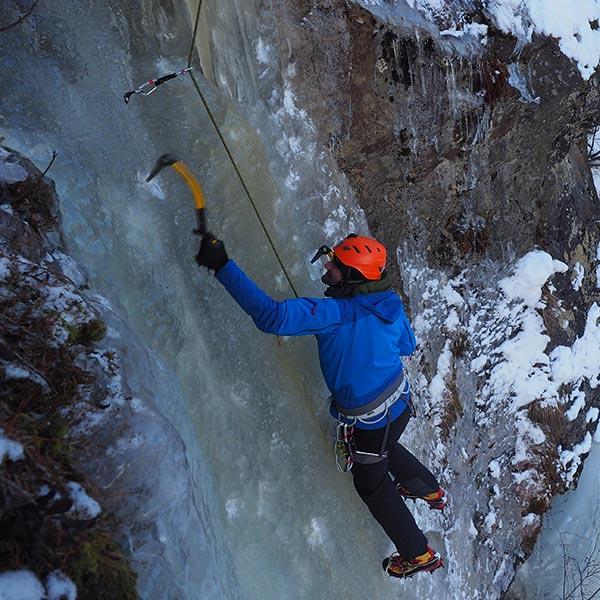 Im Nachstieg entspannt durch die Schlüsselstelle - Eisklettern Ötztal