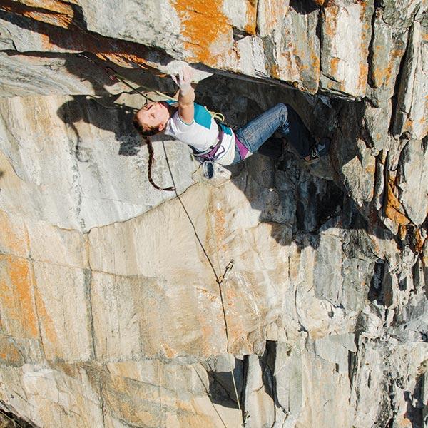 Katharina Bacher im Überhang - Klettern Ötztal