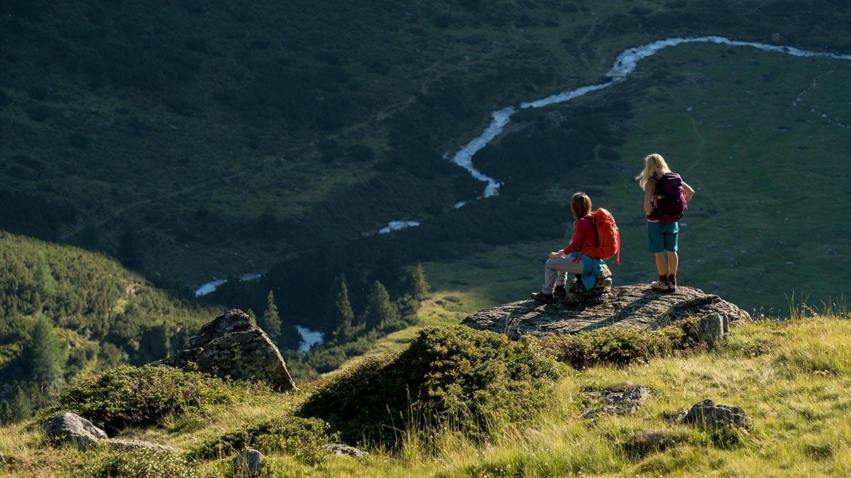 Wanderer blicken in die Ferne - Ötztaler Urweg