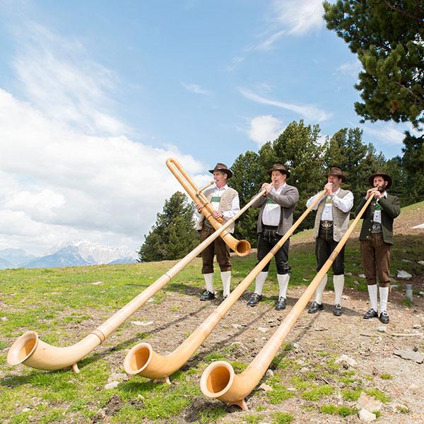 Drei Alphornbläser spielen auf - Alphorntreffen Hochoetz Ötztal
