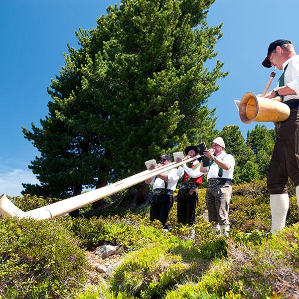 Musizieren unter freiem Himmel - Alphorntreffen Hochoetz Ötztal