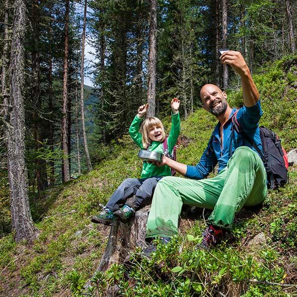 Vater & Tochter Selfie - Digitale Wandernadeln sammeln